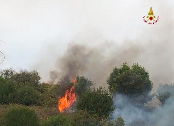 Roma: pericoloso incendio divampa in terreno privato abbandonato in via Villa Troili all'Aurelio 1