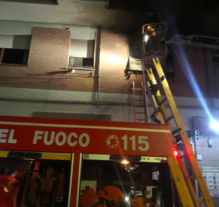 Roma: incendio esplode al secondo piano di un palazzo coinvolgendo gli altri piani 1