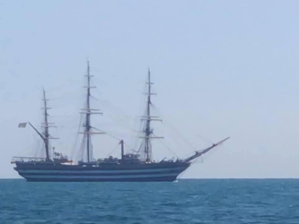 """Sorpresa per la """"Amerigo Vespucci"""" in navigazione davanti Ostia (VIDEO) 1"""