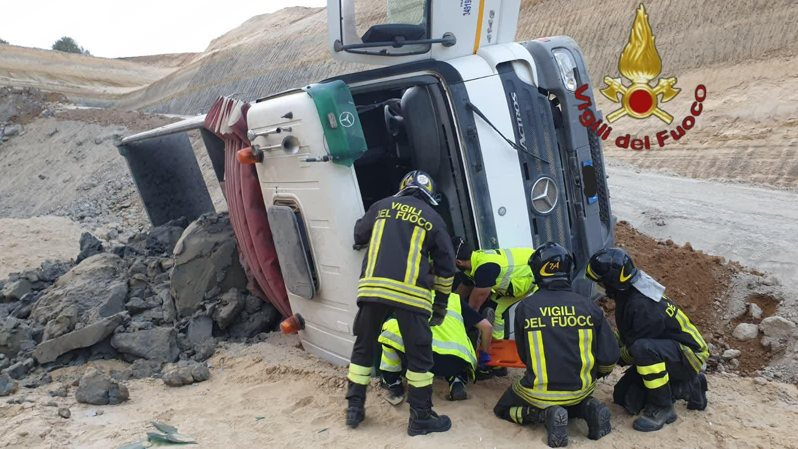Incidente sul lavoro a Roma: camion si ribalta in un cantiere. E' grave il conducente 1