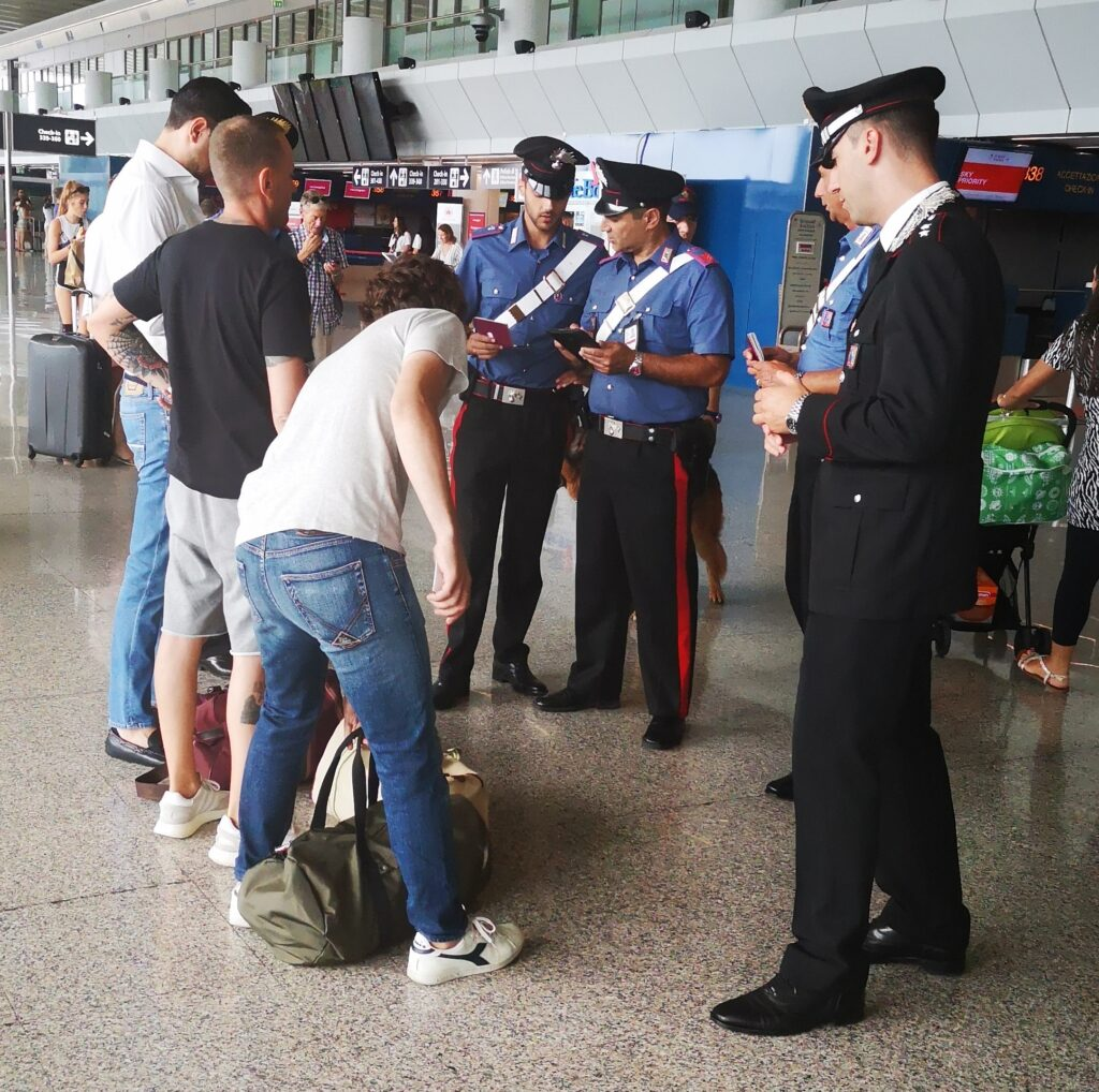 Fiumicino, autisti abusivi si appostavano fuori dai Terminal per intercettare i passeggeri 1