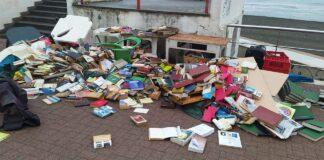 vandali al banchetto di libri