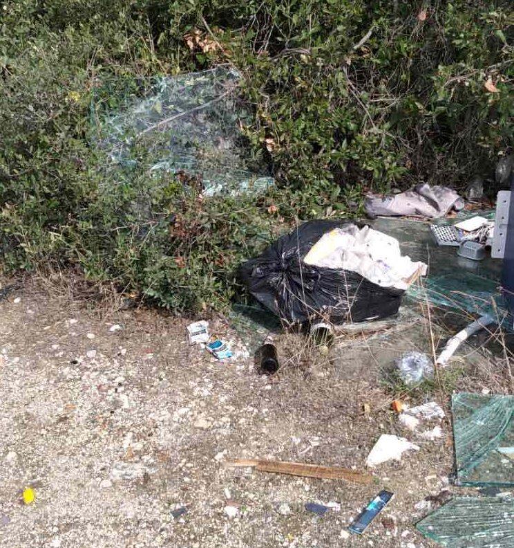 Discarica sulla Via Litoranea: tra i rifiuti vetri rotti e plastica (VIDEO) 1